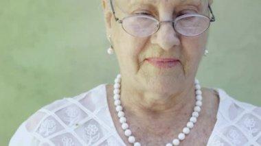 Portrait of senior caucasian woman looking at camera — Stock Video