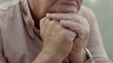 Senioři portrét, smutný starší muž — Stock video