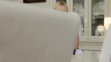 Donna matura controllando le bollette e facendo il bilancio a casa — Video Stock