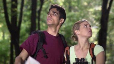 Genç erkek ve kadın gezi hiking sırasında kayboldu — Stok video