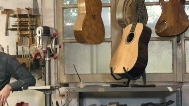 Portrait of man at work as craftsman in Italian music shop — Stock Video