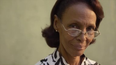 Portrait of proud old african american woman — Stock Video