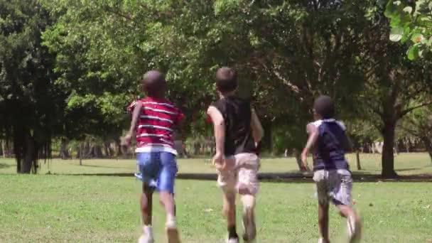 Resultado de imagem para criança correndo no parque