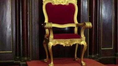 Religiöse objekte und katholische kirche, alten stuhl und kreuz — Stockvideo