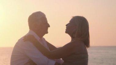 Oudere man en vrouw praten, zoenen in stadspark — Stockvideo