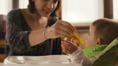 Mother feeding baby food to baby — Stock Video
