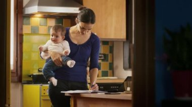 Woman and baby at kitchen — Stock video