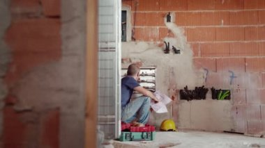 Manual workers saluting and collaborating. — Stock Video