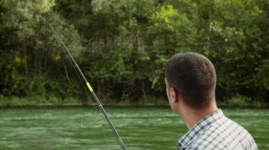 Pescador en el río — Vídeo de stock