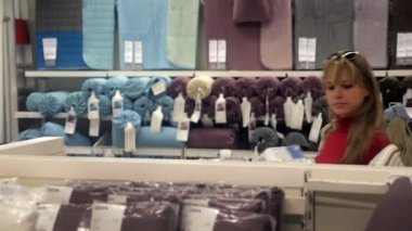 Woman shopping for furniture and home decor — Vidéo