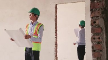 Asian architect in construction site — Stock Video
