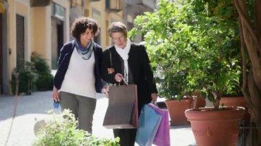 Mãe com a filha grávida de compras — Vídeo stock