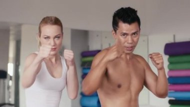 Personal trainer and girl,  kickboxing — 图库视频影像