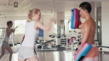 Man teaching boxing to woman for self-defense — Stock Video