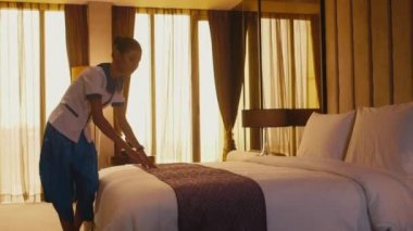 Asian housemaid cleaning hotel room — 图库视频影像