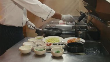 Chinese chef cooking food — Stock Video