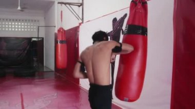 Asian man training kickboxing — Stock Video