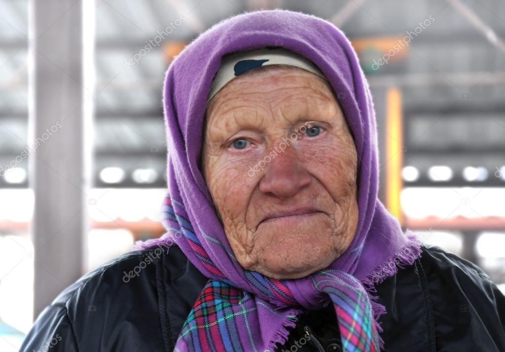 Very expressive portrait of an old woman — Stock Photo #14110767