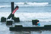 маленькая девочка в воде, плавание на шторм — Стоковое фото