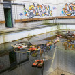 piscina abandonada con grafity en pared — Foto de Stock