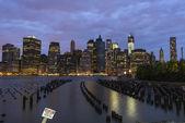 Halten sie schild in new york city bei nacht, manhattan — Stockfoto