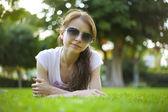 Mujer en la hierba — Foto de Stock