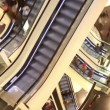 Persons on escalator in shopping center — Stock Video