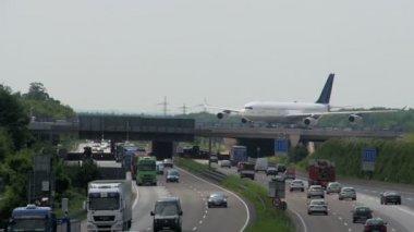 Airplane rolls over the motorway bridge at Frankfurt Airport Germany — Stock Video