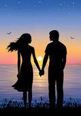 Silhouetten van man en vrouw permanent en hand in hand op de avond van tijd. op de achtergrond zonsondergang en de sterren boven de zee. — Stockvector