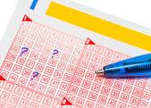 Loto kuponu ile işaretli sayılar ve kalem — Stok fotoğraf