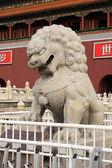 каменный лев скульптура ворот тяньаньмэнь — Стоковое фото