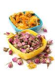 Yellow chrysanthemum flower tea and tea rose flowers — Stock Photo
