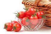 Close-up van kleine cherry tomaat op witte achtergrond — Stockfoto