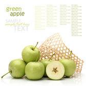 Grüner apfel isoliert auf weißem hintergrund — Stockfoto