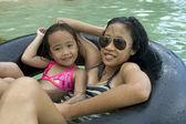 2 人の女の子チューブ フローティング — ストック写真
