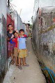 Enfants à pied chez — Photo