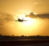 Plane in the sky, arriving from a long trip to touch down at the landing pad. — Stock Photo