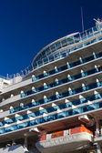 Navio de cruzeiro com varandas abertas para a água em um dia azul claro — Foto Stock