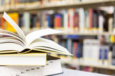 Lehrbuch zu öffnen, in der schule — Stockfoto