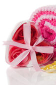 Concept spa - savon mousse roses dans une boîte en forme de coeur sur bain towe — Photo