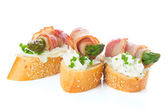 Appetizers - bread slices with bacon, asparagus and soft cheese — Stock Photo