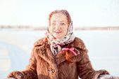 Outdoor portrait of young pretty woman on sunny winter landscape — Stockfoto