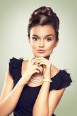 Ritratto di bella donna bruna indossa gioielli di perle. loo — Foto Stock