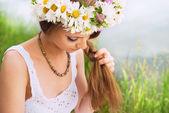 Jovem bonita com argola de camomila trançar o cabelo em t — Fotografia Stock