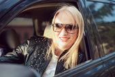 Bil kvinna på roadtrip ser från fönstret — Stockfoto