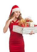 Vrouw met giften van kerstmis — Stockfoto