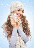 Bella mujer con copo de nieve — Foto de Stock