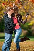 Genç bir çift park'ta kendilerini resim çekme — Stok fotoğraf