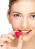 彼女の口のバラのつぼみを持つ少女 — ストック写真