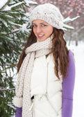 Winter vrouw achter sneeuw boom — Stockfoto